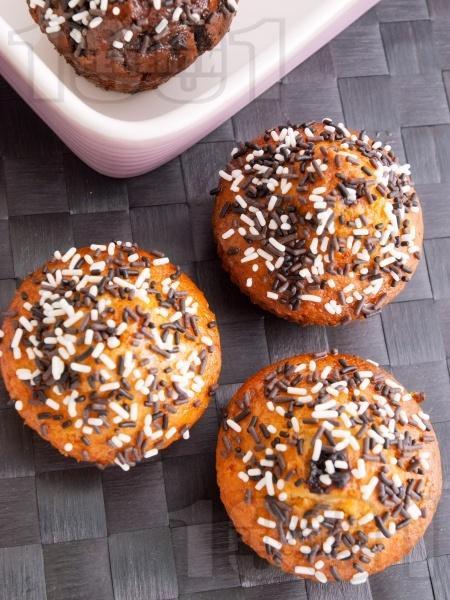 Мъфини с ром и шоколадови пръчици в кошнички - снимка на рецептата